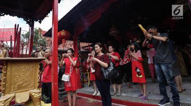 Warga keturunan Tionghoa bersembahyang pada perayaan Tahun Baru Imlek 2570 di Vihara Boen Tek Bio, Pasar Lama, Tangerang, Selasa (5/2). Tahun Baru Imlek 2570 digunakan warga keturunan Tionghoa untuk memanjatkan doa yang baik. (Liputan6.com/Fery Pradolo)