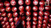 Seorang pekerja memasang lampion pemberian umat di Klenteng Boen San Bio, Tangerang, Kamis (28/1/2021). Sebanyak 800  lampion dipasang untuk mempercantik Klenteng jelang perayaan Tahun Baru Imlek. (Liputan6.com/Angga Yuniar)