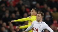 Pemain Tottenham, Christian Eriksen (kanan) berebut bola dengan pemain Watford, Jose Holebas pada lanjutan Premier League di Wembley stadium, London, (30/4/2018). Tottenham menang 2-0. (AP/Kirsty Wigglesworth)