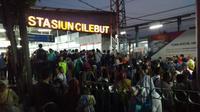 Penumpang mengantre di loket untuk membeli karcis kertas KRL di Stasiun Bojong Gede. (Istiemewa)