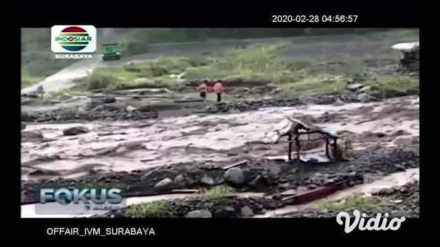Gunung Semeru di Lumajang, Jawa Timur, kembali memuntahkan lahar dingin akibat hujan deras, pada hari Rabu (27/02) sore. Akibatnya, jalur penghubung antar kecamatan putus total.