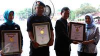 MURI memberikan piagam penghargaan kepada Indosiar, Brimob dan Perdami saat perayaan HUT Indosiar ke 21 di Depok, Sabtu (9/1/2016). (Liputan6.com/Yoppy Renato)
