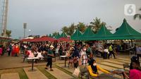 Wisatawan memenuhi lokasi Wisata Pantai Pasir Putih PIK 2, Tanggerang, Banten, Minggu (3/9/2021). Kawasan Jabodetabek masih berstatus PPKM Level 3 dengan sejumlah pelonggaran di tempat wisata pada akhir pekan yang harus diperhatikan pengunjung dan pengelola. (Liputan6.com/Faizal Fanani)