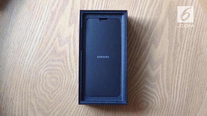Tampak bagian dalam boks Galaxy Note 10 saat dibuka. (Liputan6.com/ Istiarto Sigit)
