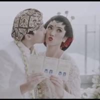Pose kocak Isyana Sarasvati saat dicium sang suami dan pamerkan buku nikah. video: @hello.biei (dok.Instagram @thebridestory/https://www.instagram.com/https://www.instagram.com/p/B8DcybAp0h4/Henry)