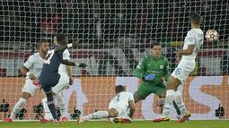 PSG Langsung unggul 1-0 saat laga baru berjalan delapan menit. Idrissa Gueye sukses melesakkan bola ke kiri atas gawang Ederson usai memanfaatkan kemelut di muka gawang Manchester City. (AP/Christophe Ena)