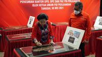 Ketua Umum PDIP Megawati Soekarnoputri menandatangani prasasti peresmian 25 kantor partai di sejumlah daerah. (Foto: Dokumentasi PDIP).