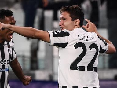 Juventus berhasil mengalahkan juara bertahan Liga Champions musim lalu, Chelsea dengan skor tipis 1-0 dalam laga matchday kedua Grup H Liga Champions 2021/2022, Rabu (29/9/2021). Gol tunggal kemenangan Bianconeri dicetak Federico Chiesa di awal babak kedua. (AFP/Marco Bertorello)