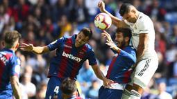 Bek Levante, Roberto Suarez, duel udara dengan gelandang Real Madrid, Casemiro, pada laga La Liga Spanyol di Stadion Santiago Bernabeu, Madrid, Sabtu (20/10). Madrid kalah 1-2 dari Levante. (AFP/Gabriel Bouys)