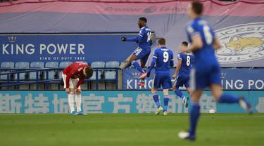 Penyerang Leicester City, Kelechi Iheanacho (tengah) berselebrasi usai mencetak gol ke gawang Manchester United pada pertandingan perempat final Piala FA di Stadion King Power, Inggris, Senin (22/3/2021). Iheanacho mencetak dua gol dan mengantar The Foxes menang 3-1. (AP Photo/Ian Walton, Pool)