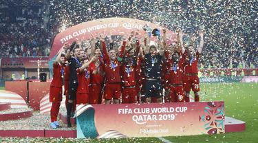 Para pemain Liverpool berselebrasi mengangkat trofi Piala Dunia Antarklub 2019 setelah mengalahkan Flamengo di Stadion Internasional Khalifa di Doha, Qatar (22/12/2019). Liverpool menang 1-0 atas Flamengo berkat gol tunggal Roberto Firmino di menit ke-99. (AP Photo/Hussein Sayed)