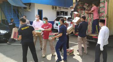 Tangcity Mall membagikan seribu paket sembako untuk masyarakat yang terdampak virus corona atau Covid-19.