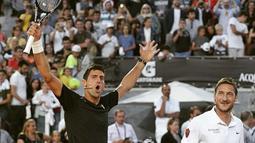 Francesco Totti berpasangan dengan petenis no. 1 dunia Novak Djokovic. (www.asroma.it)
