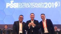 Ketua Umum PSSI terpilih Mochamad Iriawan (tengah) didampingi dua Wakil Ketua Umum terpilih Cucu Somantri dan Iwan Budianto berfoto bersama dalam penutupan Kongres Luar Biasa (KLB) PSSI di Jakarta, Sabtu (2/11/2019). (Liputan6.com/Her