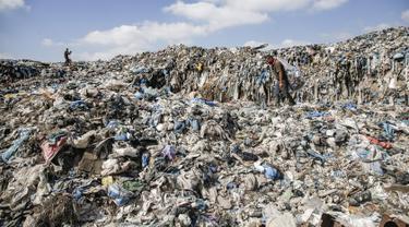 Para pengumpul sampah Palestina memilah-milah sampah di tempat pembuangan sampah di Kota Gaza (29/7/2019). Kemiskinan yang terjadi akibat blokade Israel dan kurangnya kesempatan kerja membuat beberapa warga Palestina memilih bekerja mencari sampah untuk dijual. (AFP Photo/Mohammed)