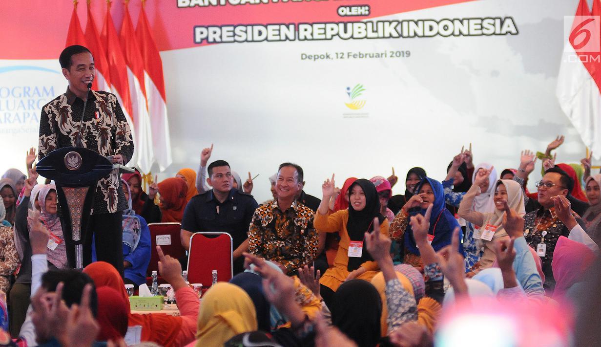 Presiden Joko Widodo atau Jokowi memberi sambutan saat menyalurkan bantuan sosial Program Keluarga Harapan (PKH) dan Bantuan Pangan Non Tunai (BPNT) kepada seribu warga Depok, Jawa Barat, Selasa (12/2). (Liputan6.com/Herman Zakharia)