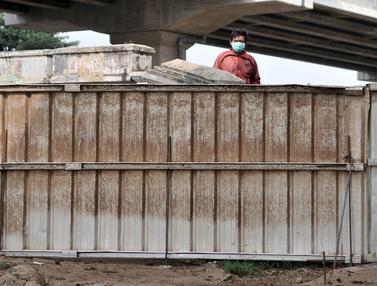Khawatir COVID-19, Warga Cipinang Melayu Tutup Jalan dengan Seng