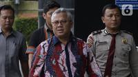 Ketua KPU Pusat, Arief Budiman dikawal petugas memenuhi panggilan penyidik akan dimintai keterangan di Gedung KPK, Jakarta, Selasa (28/1/2020). Arief  diperiksa sebagai saksi untuk tersangka  Seful Bahri yang merupakan staf Sekjen PDIP Hasto Kristiyanto. (merdeka.com/Dwi Narwoko)