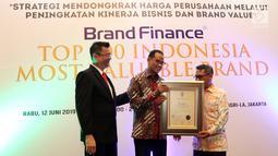 Direktur Komunikasi Lippo Group Danang Kemayan Jati (tengah) menerima penghargaan Indonesia's Top 100 Most Valuable Brands 2019 di Jakarta, Rabu (12/6/2019). Penghargaan diselenggarakan Brand Finance, lembaga konsultan brand internasional, bekerja sama dengan Majalah SWA. (Liputan6.com/Johan Tallo)
