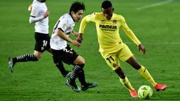 Gelandang Valencia, Kangin Lee (tengah) berusaha merebut bola dari gelandang Villareal, Samuel Chukwueze pada pertandingan lanjutan La Liga Spanyol di stadion Mestalla di Valencia (6/3/2021). Kemenangan dramatis itu membuat Valencia bertengger di peringkat ke-11 klasemen.  (AFP/Jose Jordan)