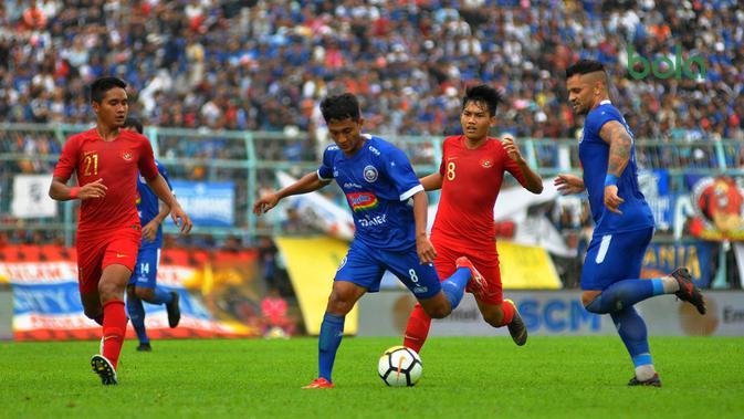 Winger Arema, Nasir, dikawal Kadek Agung dan Witan Sulaiman pada duel uji coba di Stadion Kanjuruhan, Kabupaten Malang, Minggu (10/2/2019). (Bola.com/Iwan Setiawan)