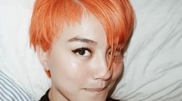 Penyanyi Agnes Monica atau lebih dikenal dengan Agnez Mo memotong pendek dan mewarnai rambut dengan warna blorange (blonde orange). (Instagram/agnezmo)
