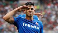 Penyerang Fiorentina Giovanni Simeone berselebrasi setelah mencetak gol ke gawang AC Milan pada lanjutan Liga Serie A Italia di stadion San Siro (20/5). AC Milan memastikan posisi keenam pada klasemen akhir Serie A.  (AP Photo/Antonio Calanni)