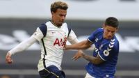 Gelandang Everton, James Rodriguez berebut bola dengan gelandang Totttenham Hotspur, Dele Alli pada pertandinga Liga Inggris di i Stadion Tottenham Hotspur di London, Minggu, (13/9/2020). Everton menang 1-0 atas Totttenham. (Cath Ivill/Pool via AP)