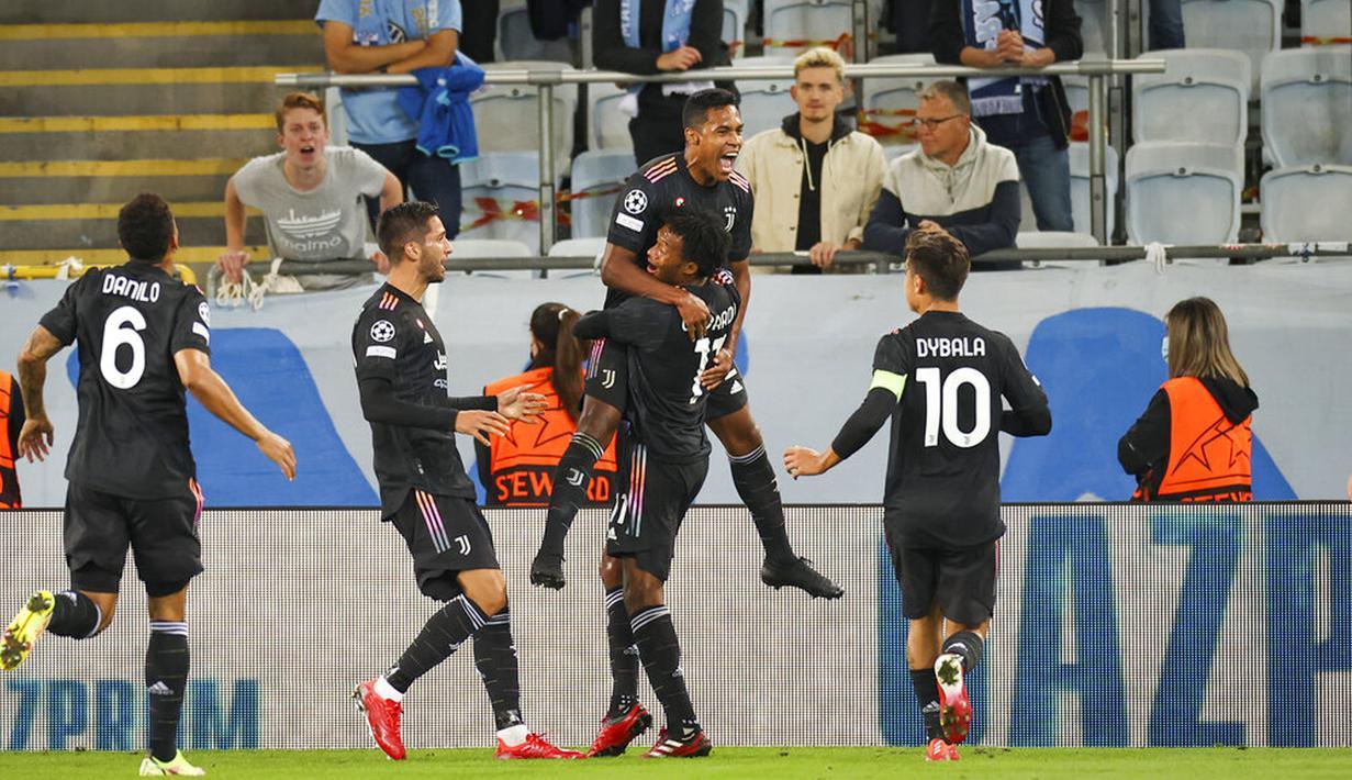 Pemain Juventus Alex Sandro (atas) merayakan dengan rekan setimnya usai mencetak gol ke gawang Malmo pada pertandingan Grup H Liga Champions di Malmo New Stadium, Malmo, Swedia, Selasa (14/9/2021). Juventus menang 3-0. (Andreas Hillergren/TT News Agency via AP)
