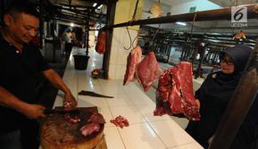 Pedagang daging melayani pembeli di pasar induk Kramat Jati, Jakarta, Jumat (26/4). Kementerian Perdagangan siap menjaga harga dan ketersediaan barang kebutuhan pokok menjelang Puasa dan Lebaran 2019. (Liputan6.com/Herman Zakharia)