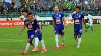 Pemain PSIS berselebrasi seusai menjebol gawang Persebaya di Stadion Moch. Soebroto, Magelang, Minggu (22/7/2018). (Bola.com/Ronald Seger Prabowo)