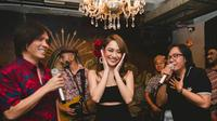 Dandanan seperti perempuan Latin jadi andalan penyanyi ini di hari ulangtahunnya. (Sumber foto: teambcl/instagram)