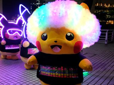 Para peserta dengan pakaian Pikachu, karakter ikonik serial animasi Pokemon, berpartisipasi dalam parade tahunan Pikachu di Yokohama, Jepang, 8 Agustus 2019. Pikachu sendiri merupakan Pokemon berwarna kuning yang sangat terkenal dan banyak orang-orang di dunia yang menggemarinya. (Kazuhiro NOGI/AFP)