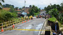 Petugas menutup Jembatan Cibaruyan yang ambrol di Kampung Sukahaji, Ciamis, Jawa Barat, Kamis (24/7/14). (ANTARA FOTO/Adeng Bustomi)