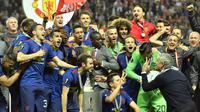 Mourinho memberikan tanda kepada anak asuhnya jelang berpose bersama, Swedia, Kamis (25/5). MU keluar sebagai juara Liga Europa setelah mengalahkan Ajax Amsterdam 2-0 di Friends Arena, Stockholm. (AP Photo)