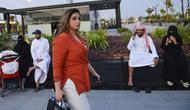 Mashael al-Jaloud, 33, telah berhenti mengenakan abaya yang menutupi semua tubuhnya, kecuali saat dia berada di tempat kerja. (Foto: AFP)