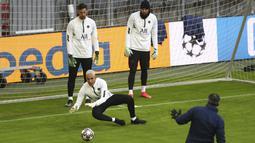 Penjaga gawang PSG,  Keylor Navas, Sergio Rico dan Alexandre Letellier mengikuti sesi latihan di di Munich, Jerman (6/4/2021). PSG akan bertanding melawan tuan rumah Bayern Munchen pada leg pertama babak perempat final Liga Champions di Allianz Arena. (AP Photo/Matthias Schrader)