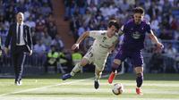 Pemain Real Madrid, Alvaro Odriozola, berusaha melewati pemain Celta Vigo pada laga La Liga 2019 di Stadion Santiago Bernabeu, Sabtu (16/3). Real Madrid menang 2-0 atas Celta Vigo. (AP/Paul White)