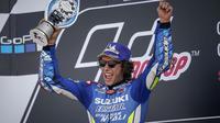 Pembalap Team Suzuki Ecstar, Alex Rins, merayakan suksesnya usai jadi juara MotoGP Inggris di Sirkuit Silverstone, Minggu (25/8). (Dok. Suzuki).