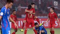 Pemain Timnas Indonesia U-19 merayakan gol yang dicetak Witan Sulaeman ke gawang Chinnese Taipei saat laga penyisihan Grup A Piala AFC U-19 2018 di Stadion GBK, Jakarta, Kamis (18/10). Indonesia unggul 3-1. (Liputan6.com/Helmi Fithriansyah)