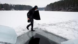 Johanna Nordblad jelang menyelam di danau beku, Somero, Finlandia, Selasa (27/2). Johanna Nordblad memegang rekor dunia freediving di bawah es dengan baju renang sejauh 50m. (AFP PHOTO / Olivier Morin)