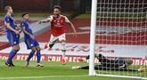 Striker Arsenal, Pierre-Emerick Aubameyang, melakukan selebrasi usai mencetak gol ke gawang Leicester City pada laga Premier League di Stadion Emirates, Selasa (7/7/2020). Kedua tim bermain imbang 1-1. (AP Photo/Shaun Botterill,Pool)