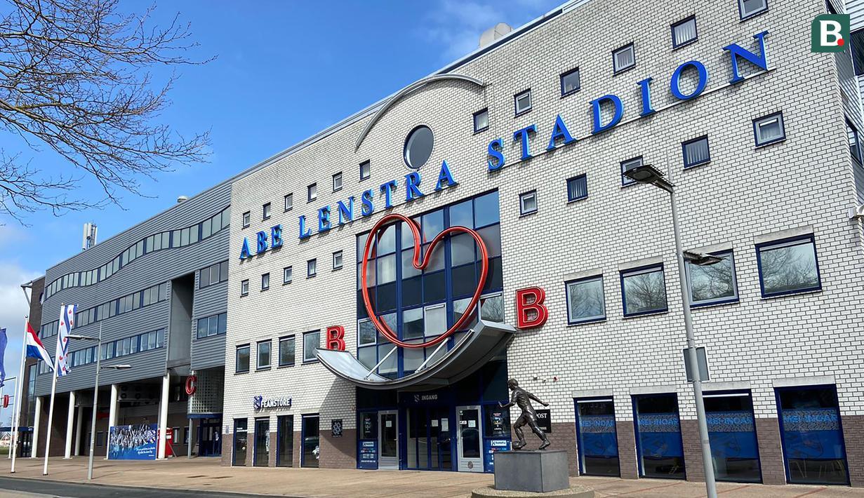 Abe Lenstra Stadion. Sehari jelang menjamu Ajax Amsterdam, suasana Stadion Abe Lenstra, markas SC Heerenveen sepi pengunjung pada Sabtu, (3/4/2021). Esoknya, Heerenveen kalah 1-2 dari Ajax dan bertengger di peringkat 10 Eredivisie. (Bola.com/Tito Sianipar)