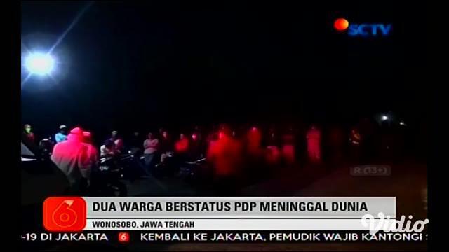 Dengan APD lengkap pada Jumat siang, petugas membawa keluar jenazah seorang nenek 62 tahun yang meninggal di ruang isolasi RSUD R. Koesma Tuban, Jawa Timur.