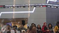 Suasana awal pembukaan perdagangan saham di Bursa Efek Indonesia, Jakarta, Senin (4/1). Mengawali pembukaan perdagangan bursa 2016, Indeks Harga Saham Gabungan (IHSG) menguat tipis 0,24 persen atau 10,80 poin di angka 4.580,17. (Liputan6.com/Angga Yuniar)