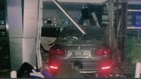 Mobil Sedan Menabrak Apotek Senopati, Jakarta Selatan