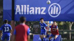 Sejumlah pesepak bola muda mengikuti Allianz Explorer Camp Football Edition Asia 2019 di The Arena Singapura, Jumat (26/7). Allianz Indonesia mengirimkan enam pesepak bola muda berbakat, dua di antaranya adalah perempuan. (Dokumentasi Allianz)