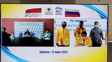 Ketua Umum Partai Golkar Airlangga Hartarto  menandatangani  perjanjian kerja sama dalam berbagai bidang dengan United Russia Party. (Istimewa)