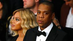 Penyanyi Beyonce dan suaminya Jay - Z menonton pertandingan tinju antara Miguel Cotto melawan Canelo Alvarez di Mandalay Bay Events Center, Amerika Serikat, (21/11). Canelo Alvarez keluar sebagai pemenang pada pertandingan ini. (Al Bello/AFP)