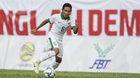 Gelandang Timnas Indonesia, Evan Dimas, menggiring bola saat melawan Timor Leste pada laga SEA Games di Stadion MPS, Selangor, Minggu (20/8/2017). Indonesia menang 1-0 atas Timor Leste. (Bola.com/Vitalis Yogi Trisna)